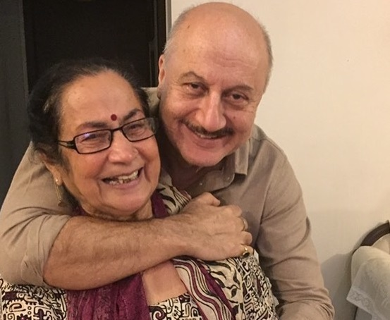 Anupam Kher's mother along with family test positive for COVID-19 | Khabarlazmi