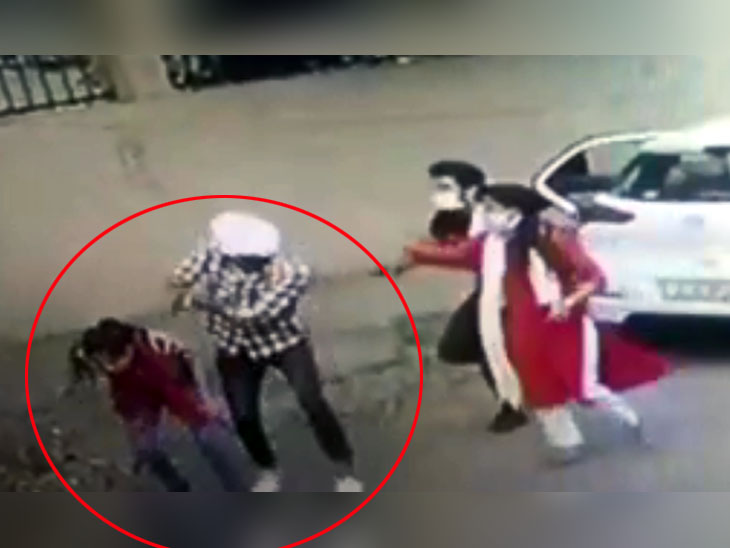 The girl shot the girl for refusing to sit in the car|KHABAR LAZMI